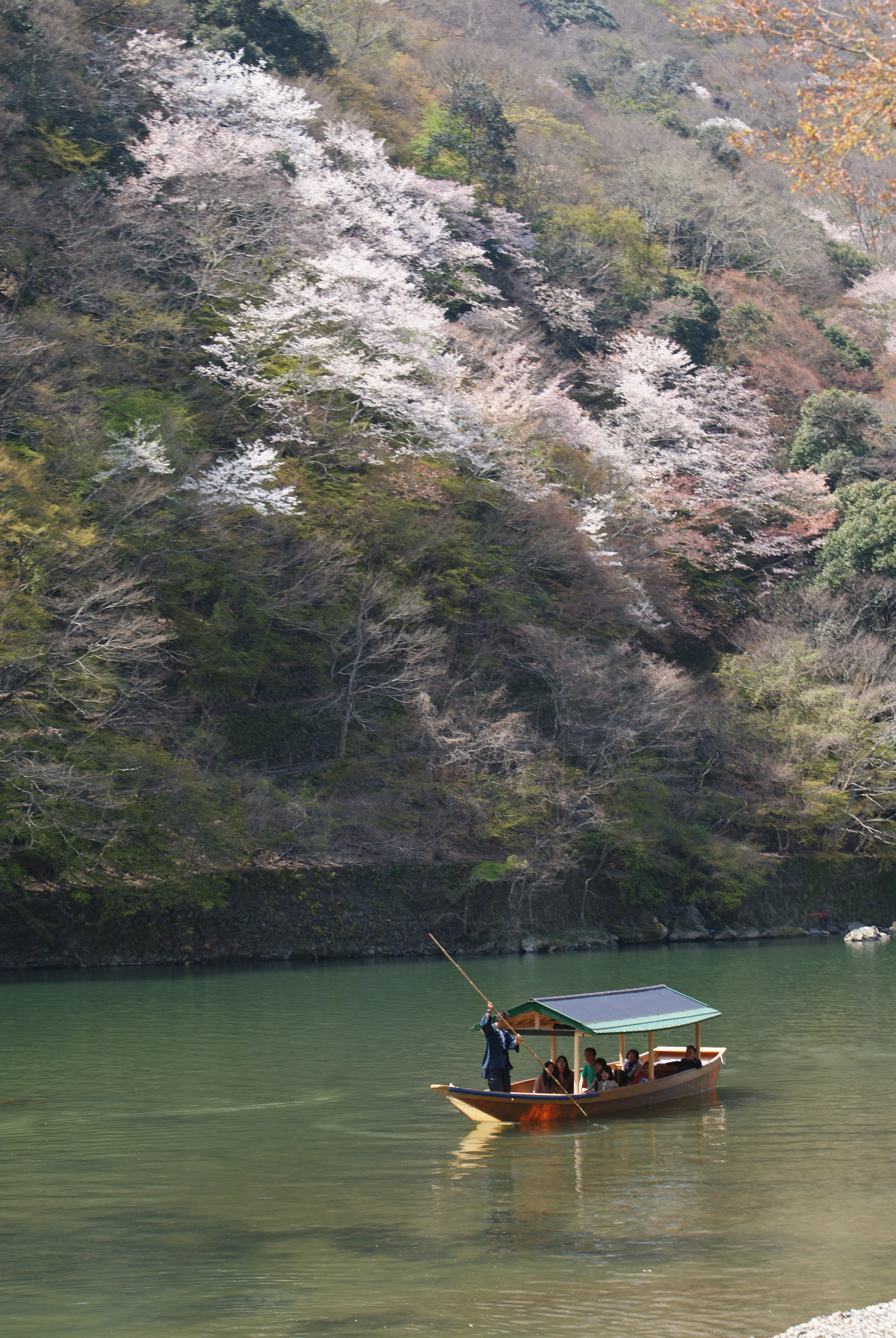 Apart from taking the 100-minute Hozugawa cruise, visitors can also explore the area just upstream of Togetsu-kyo, an iconic bridge in the Arashiyama area, by hiring a boat.
